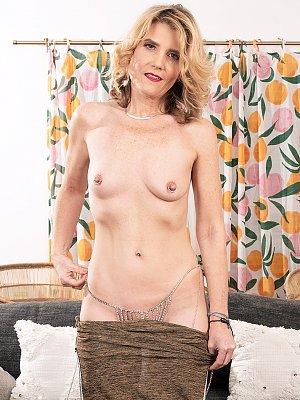 Sexy Cougar Alby Daor
