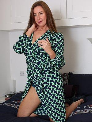 Sexy UK Wife Posing